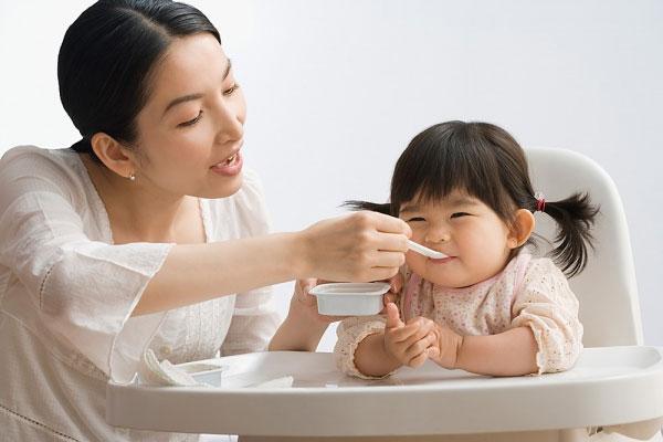 Tạo thói quen ăn uống cho bé