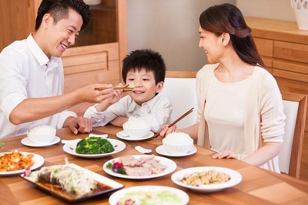 Tạo không khí gia đình trong bữa ăn cho bé